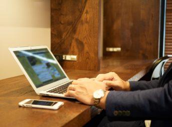 ノートパソコンと男性の手